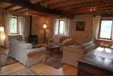 Salon spacieux avec poêle à bois
