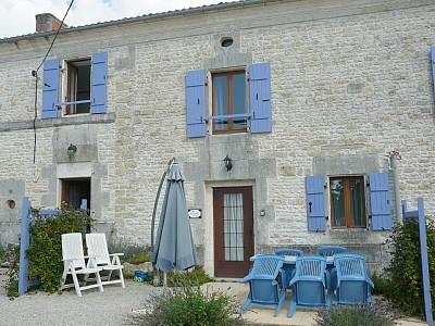 Saint-Jean-d'Angely Holiday Farmhouse with Pool ~ L'Etable