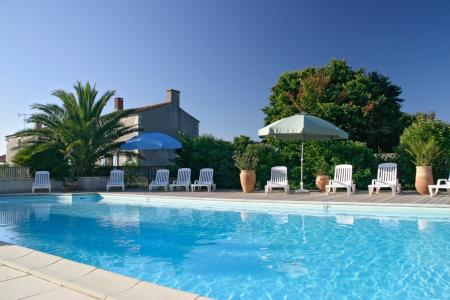 Quality Vendee Cottage with heated pool to rent, near the coast ~ La Chenaie