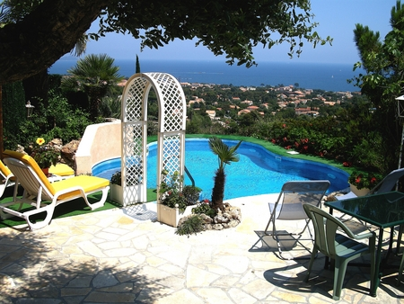 Self Contained Var Holiday Apartment Rental with Private pool and Garden