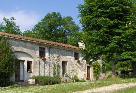 Luxury family friendly Accommodation with Large Pool in Tranquil Dordogne countryside.