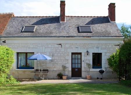 Beautifully presented one-bedroom gite in the heart of the Loire Valley with private garden and pool