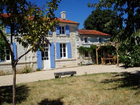 Self catering charentaise farmhouse to Let South of Saintes | Charente-09 Maritime