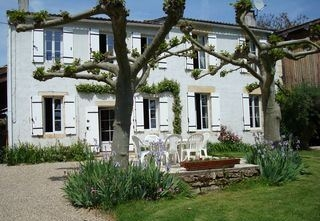 Holiday Farmhouse La Rose with Shared Pool in Bordeaux, Aquitaine