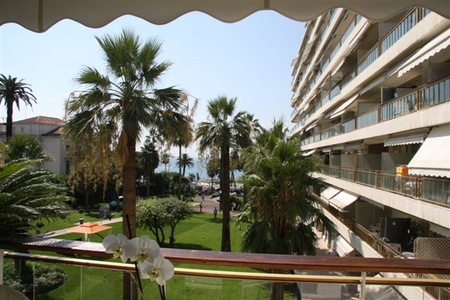 Cannes 2 bedroom Holiday Apartment with Sea View, Cote D`Azur