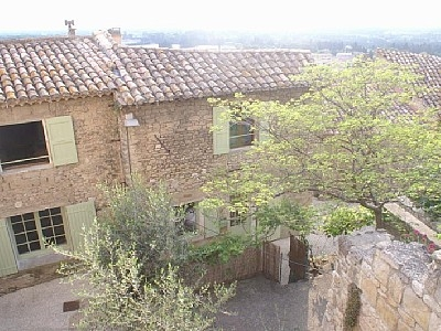 Well Positioned Vaucluse Holiday Cottage Rental in Medieval Village Lagnes, Provence