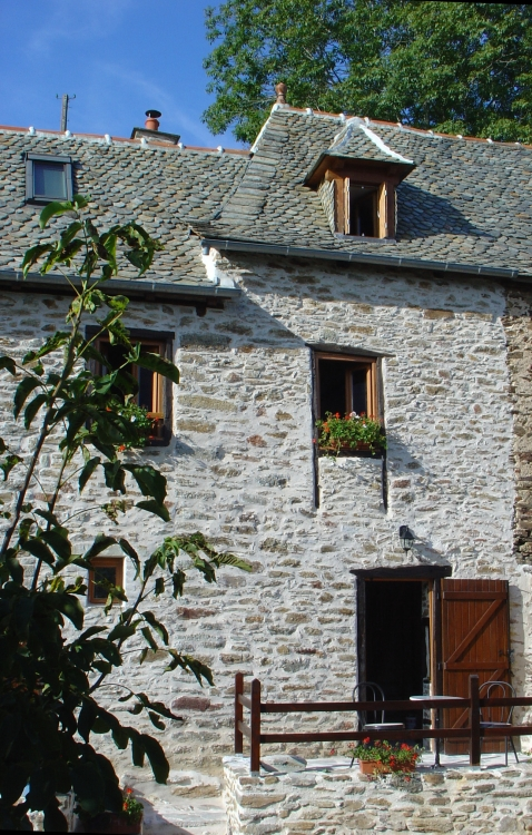 Beautiful stone Cottage in southern Cantal. Overlooking the Lot Valley, near Entraygues-sur-Truyere, France - Le Cantou