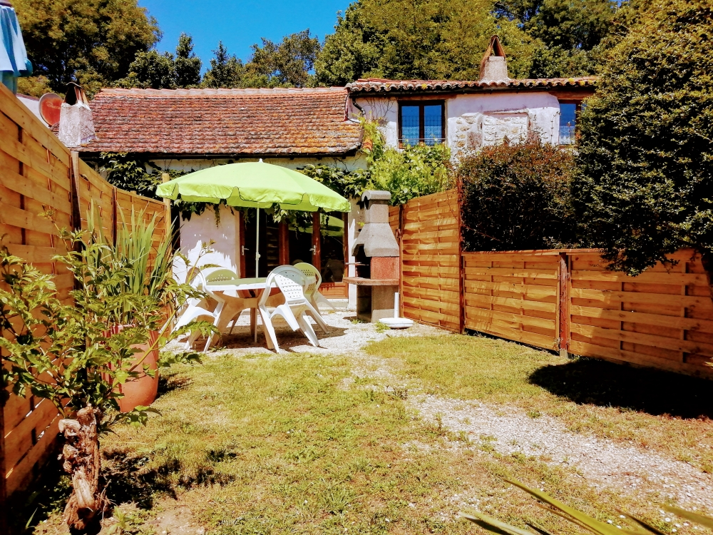 Two bedroom Holiday Cottage with Heated Pool in Charente-Maritime, Nr Royan, France