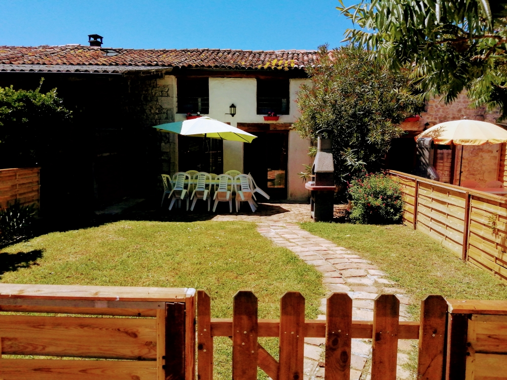 La Charrue: 4 bedroom cottage, 3 bath/shower rooms, disabled, shared pool & grounds, garden