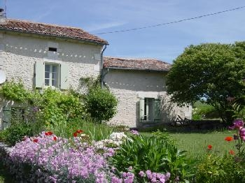 Mistral cottage, sleeps 6, with shared pool, in pretty countryside near Riberac, Dordogne