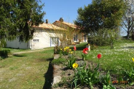 Holiday Villa rental in Charente Maritime, Les Essards / Large Secluded Garden, Private Pool