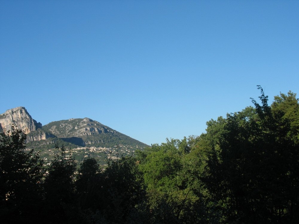 Large clean  family Apartment in Vence,  near Nice: terrace, elevator, mountain view, beaches 10km,  wi-fi, parking.