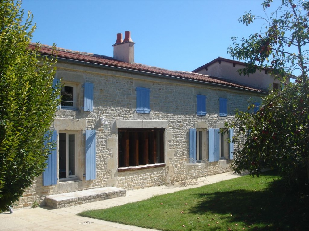 Beautiful Four Bedroom Farmhouse with Heated Pool, near La Rochelle in the Charente Maritime - La Retraite