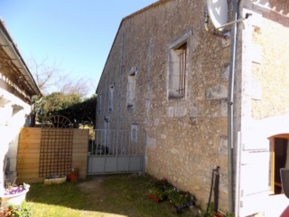 3 Bedroom Barn conversion with shared pool in Riberac, Dordogne, France