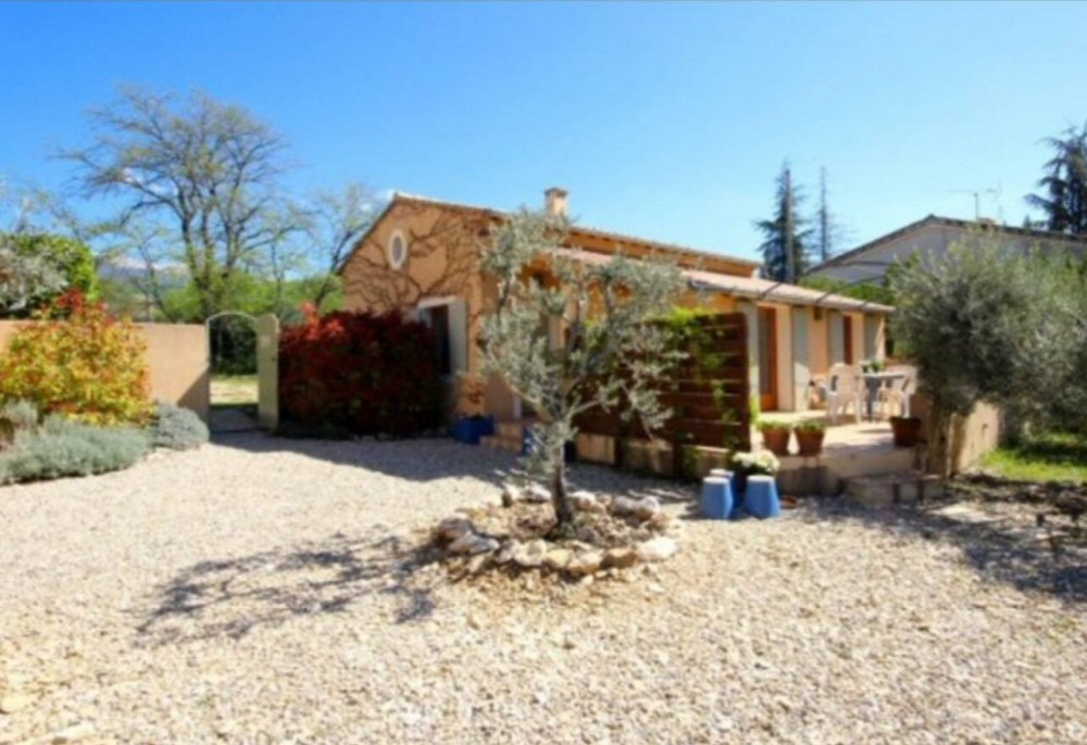2 Bedroom Holiday Cottage with Heated Pool in Vaucluse, France
