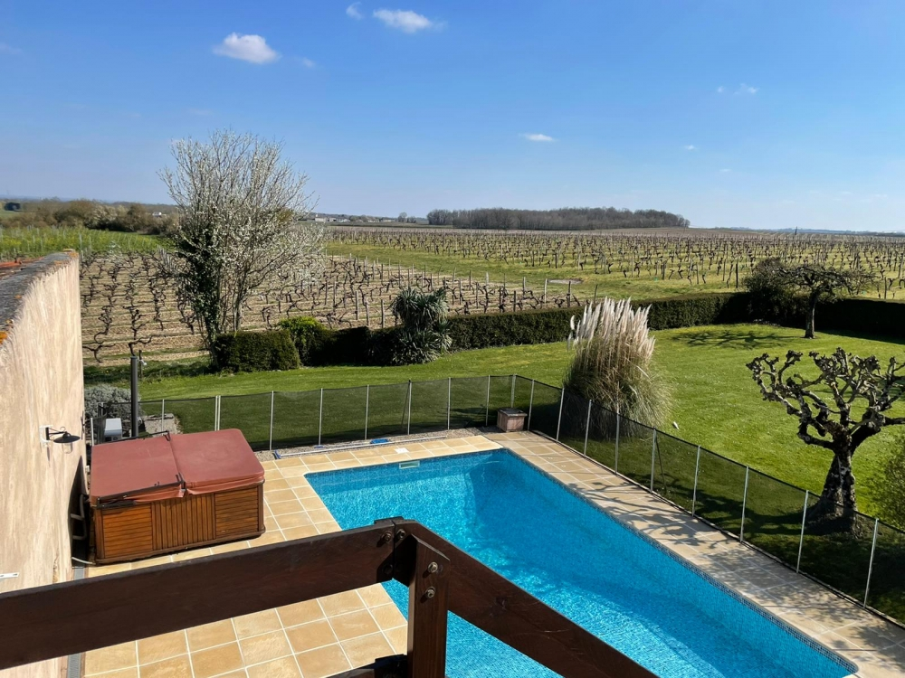 Charming Cottage With Heated Swimming Pool and Jacuzzi, in the vineyards of Cognac near St Jean d'Angely