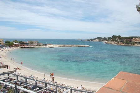 Large Air-conditioned Bandol Holiday Rental Apartment, Access to Beach