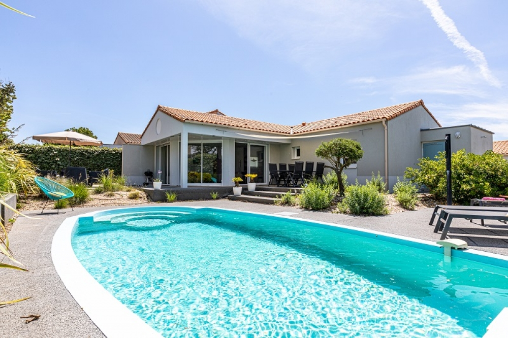 Vendee Villa with private heatable pool. Sandy beach: 2 km. 5 km from Les Sables d Olonne.