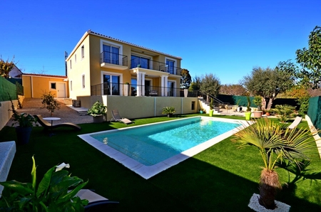 Modern villa, private pool, air conditioning, all bedrooms en-suite, wifi, walk to sandy beach, sea views