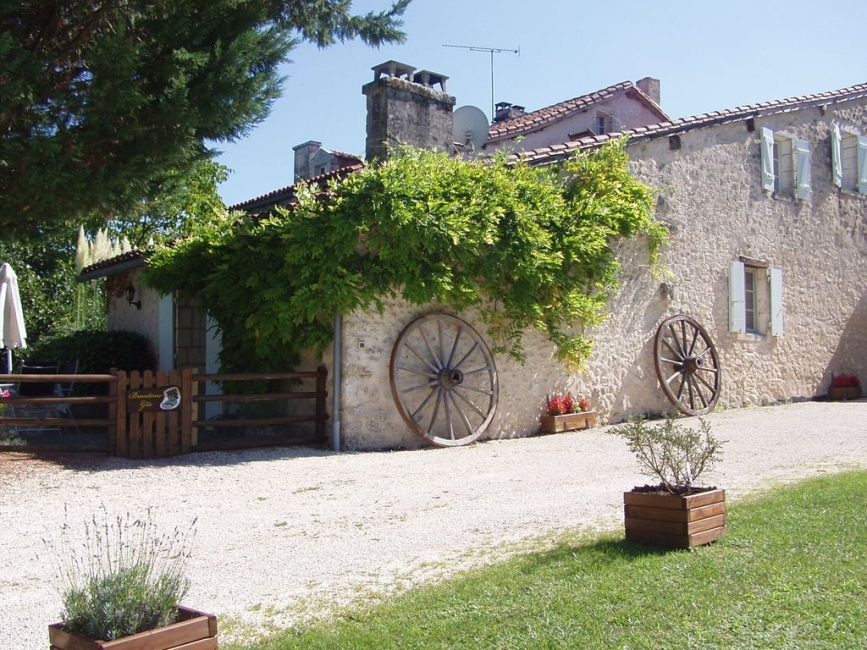 Charming Brantome Holiday Rental Gite, 10 acres parkland, Pool, BBQ