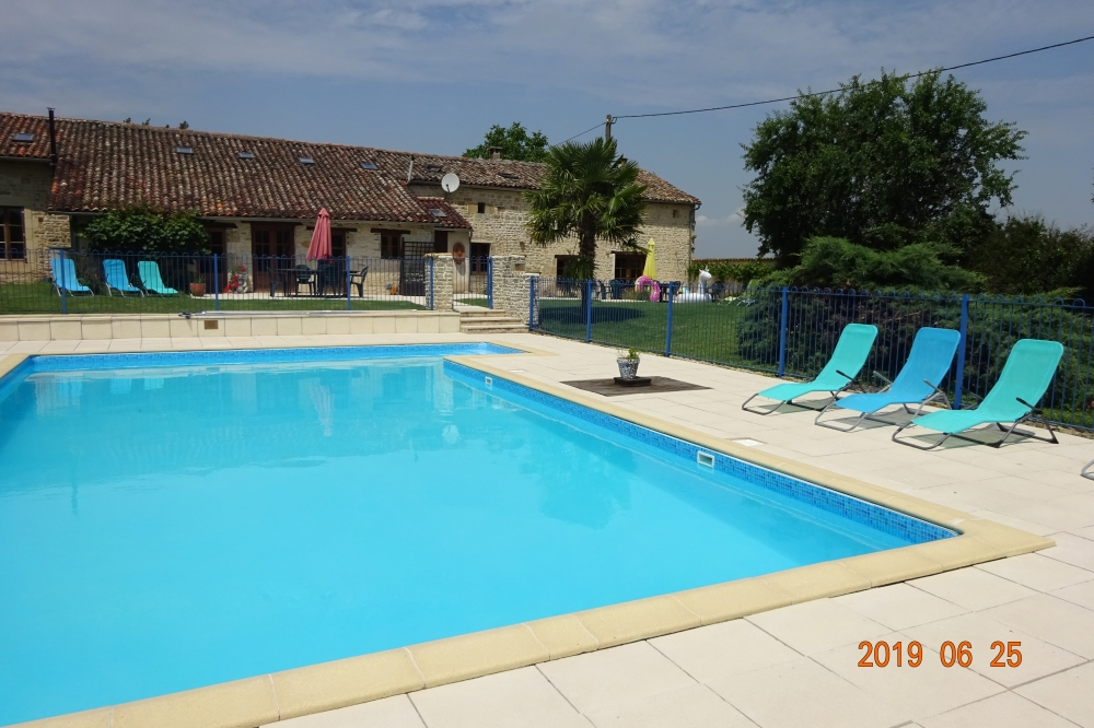 Luxury Stone farmhouse,large pool, 2 bathrooms,4 bedrooms sleeps 8