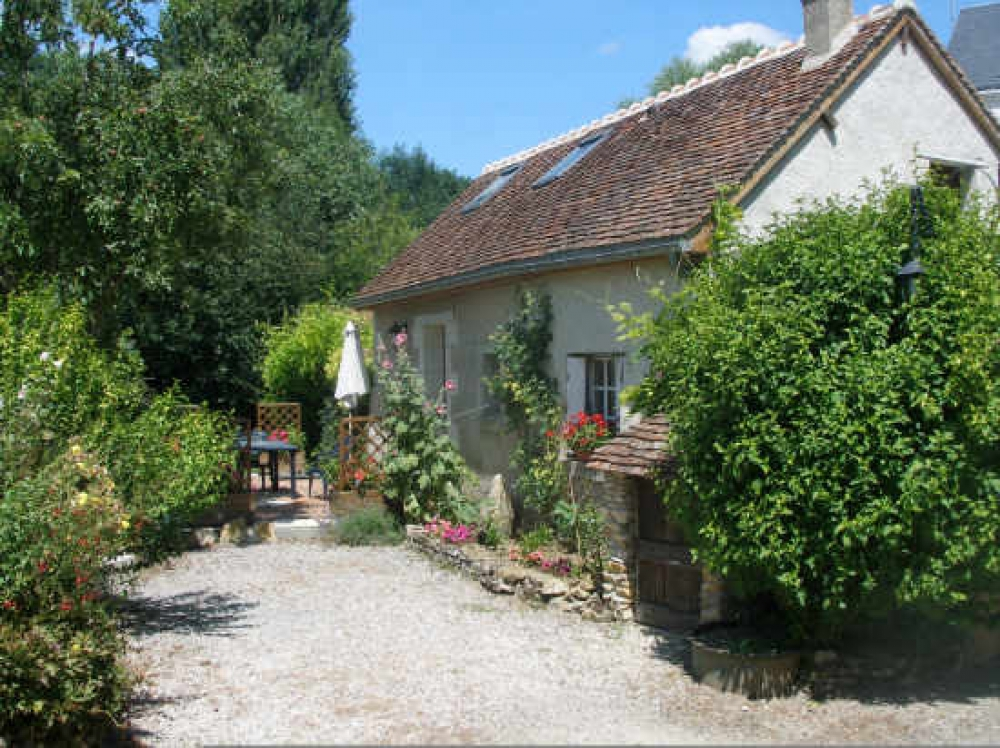 Charming and fully equipped cottage with idyllic carp fishing lake ~ The Gardener's Cottage, near Loches
