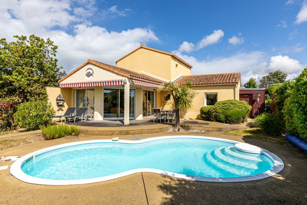 Four bedroom villa with private heatable pool on family friendly gated residence, 2km from beach