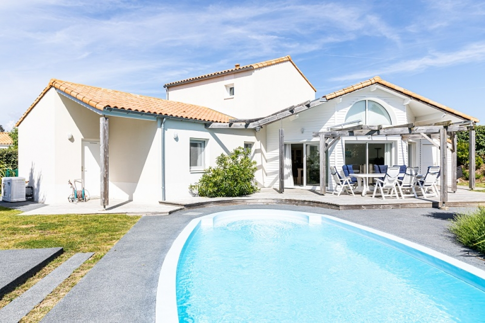 Spacious four bedroom villa with private heatable pool on family friendly gated residence, 2km from beach
