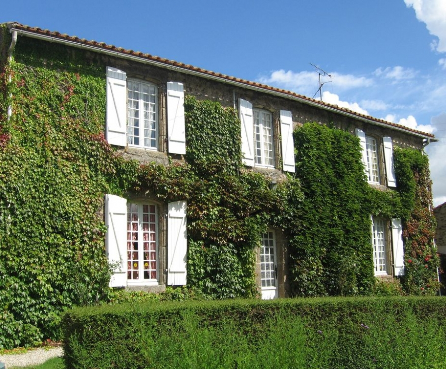 Delightful 4 bedroom Vendee Holiday home in Chateau Guibert, Private pool, Secluded garden, Near Beaches