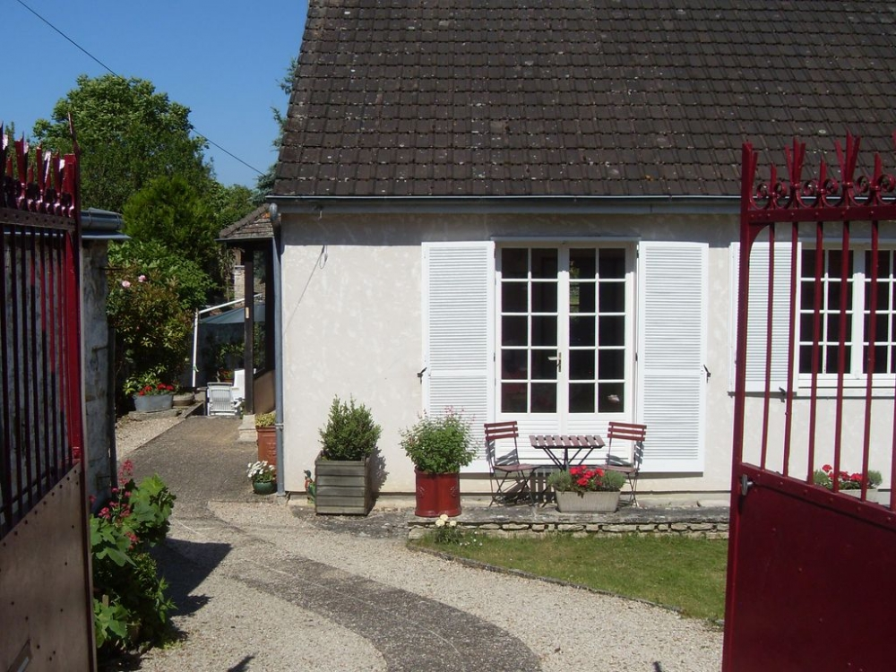 Holiday house with pretty garden set in a beautiful medieval village, Chateau-Landon, Ile de France - Easy reach of Paris, Fontainebleau, Eurodisney