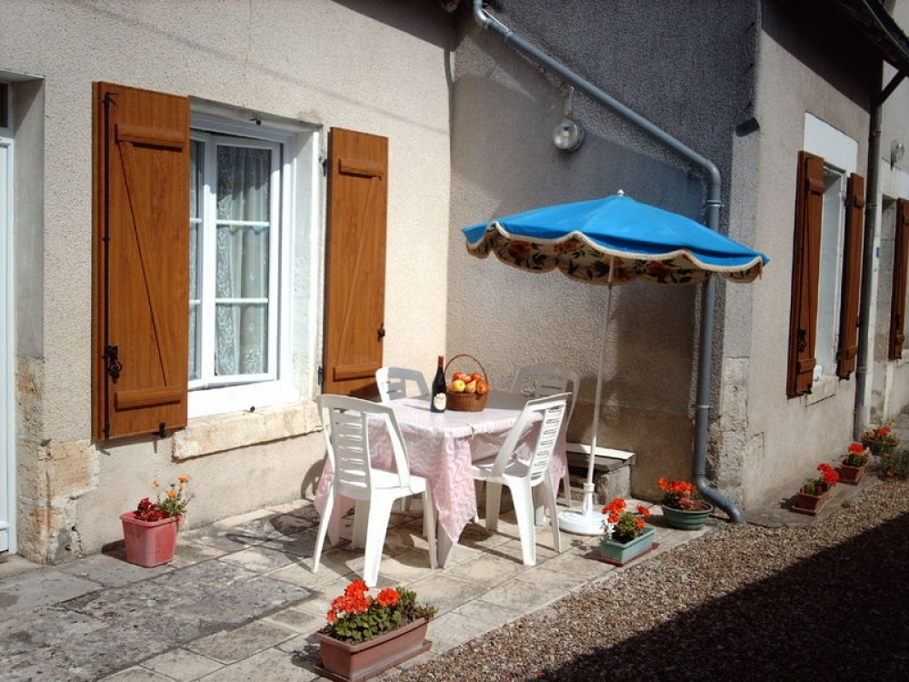 GITE  `LES JONQUILLES` SLEEP 2 / 6 - SELF-CATERING STONE-BUILT HOUSE WITH CHARACTER IN THE HEART OF THE LOIRE VALLEY DISTRICT