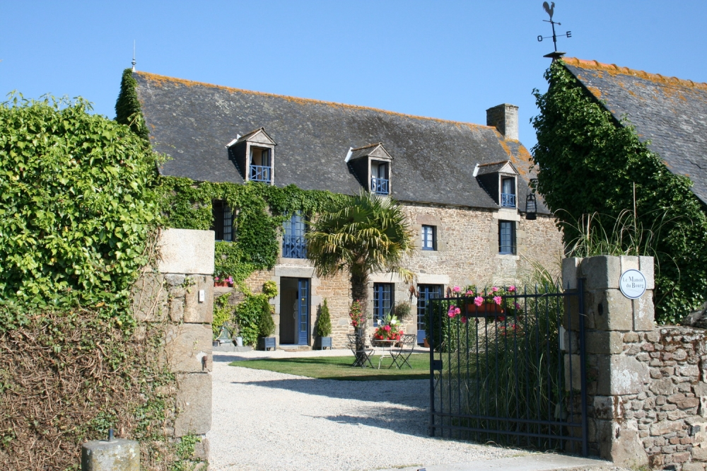 3 French Style Houses - Le Puits Sleeps 6, Large Swimming Pool And Beautiful Grounds in Saint Helen, Brittany
