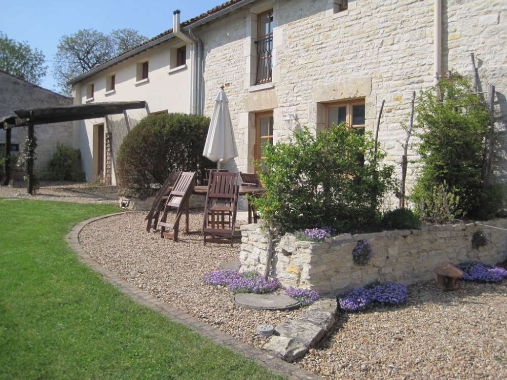Self Catering Holiday Cottage in Crezieres, 5 km from Chef Boutonne, Deux-Sevres - La Vieille Maison