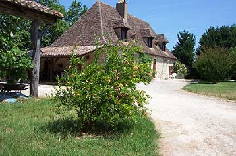 ONE BEDROOM APARTMENT IN FARMHOUSE WITH POOL AND GARDEN FOR RENTAL NEAR VILLEREAL, ISSIGEAC AND BERGERAC
