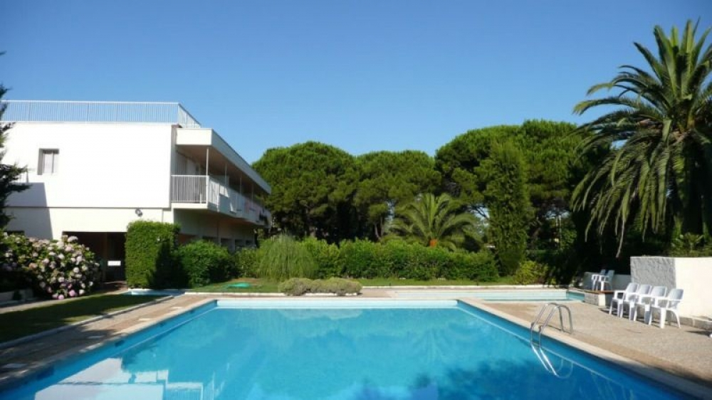 St Tropez Holiday Apartment with Private Garden and Shared Pool, Cote D`Azur, 200m to Beach