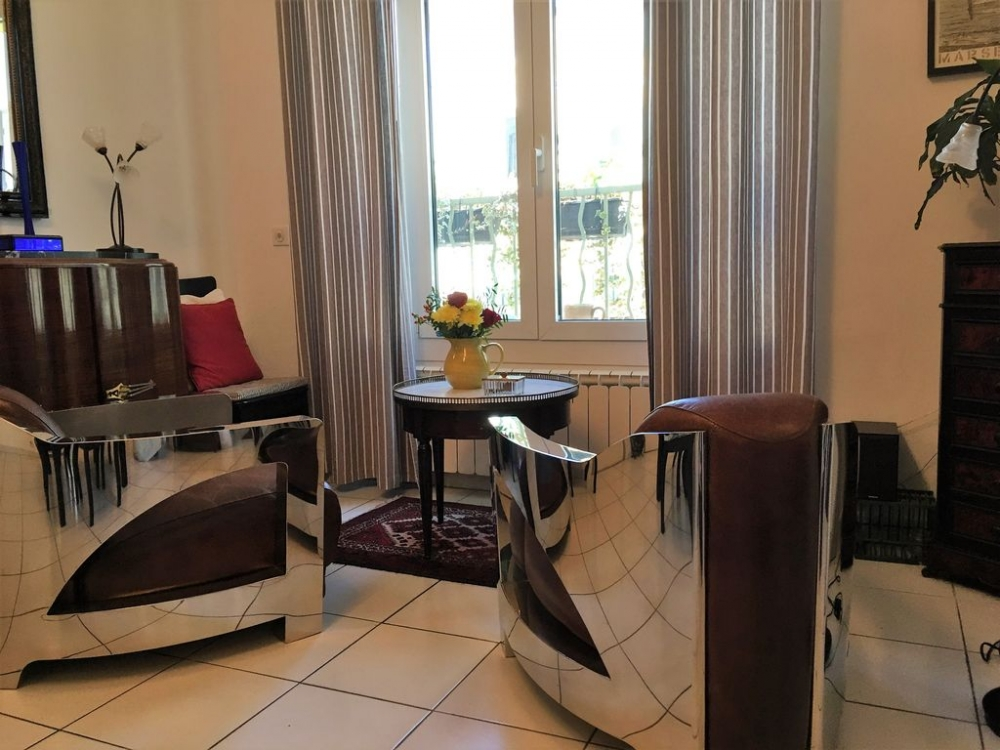 Wonderfully Bright and Sophisticated Apartment with Large Sunny Terrace in the Centre of L' Isle Sur la Sorgue, Provence
