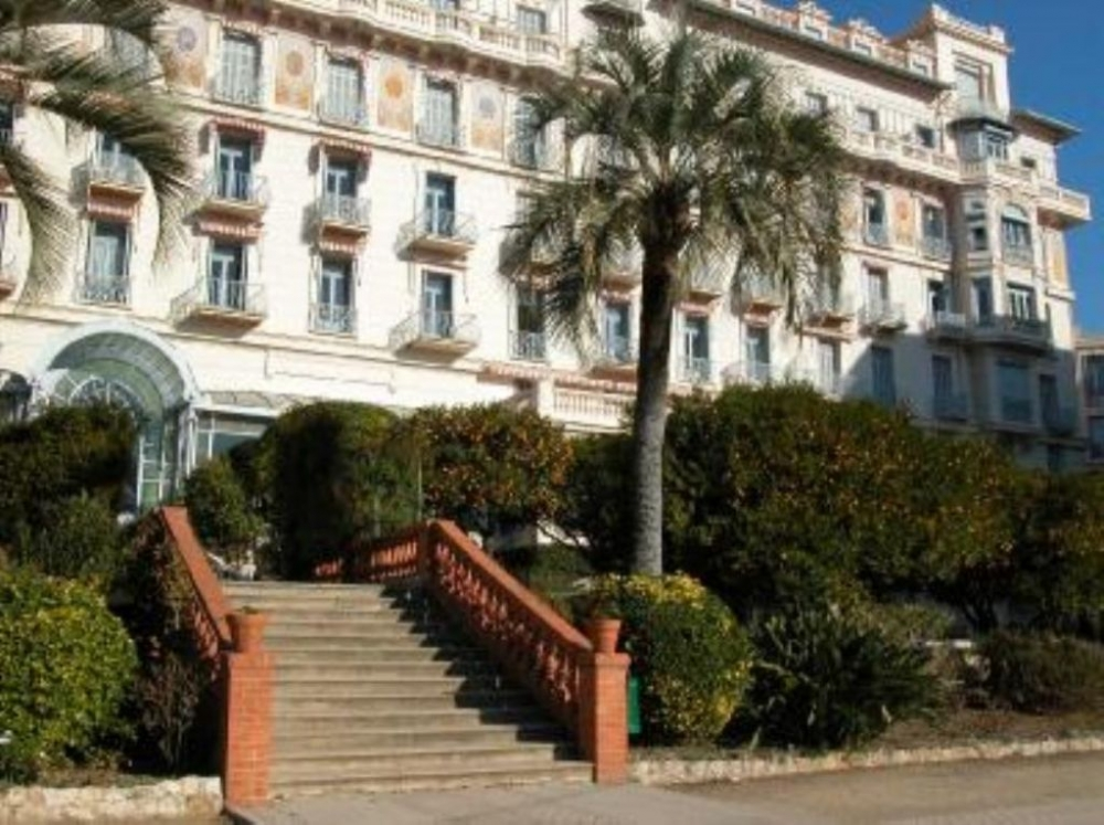 Menton Apartment - Old Palace Classified Historic Monument, Located in a Private Park with Trees
