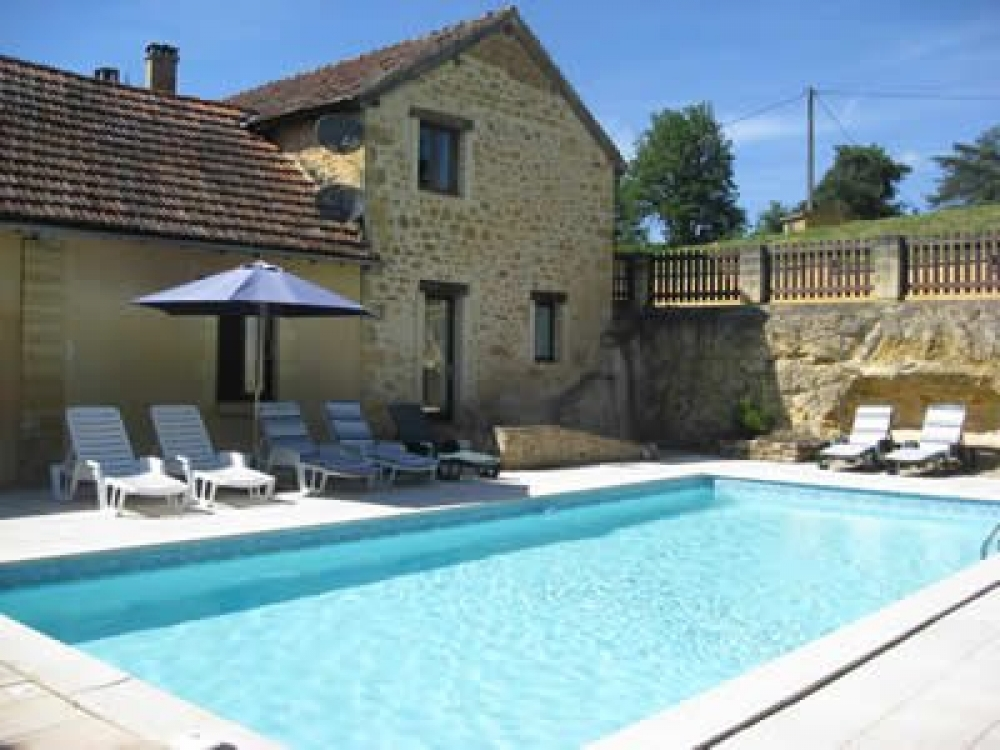 The Walnut Store - Cosy, charming Gite, pool, private terrace, 5 min walk to village.