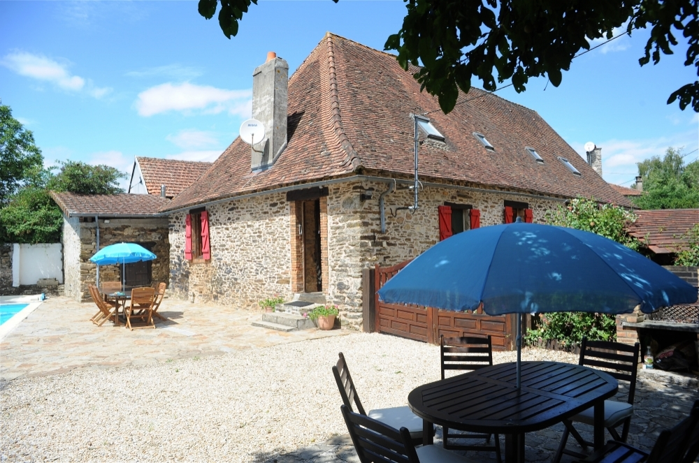 Delightful farmhouse in Dordogne with open country views and private swimming pool