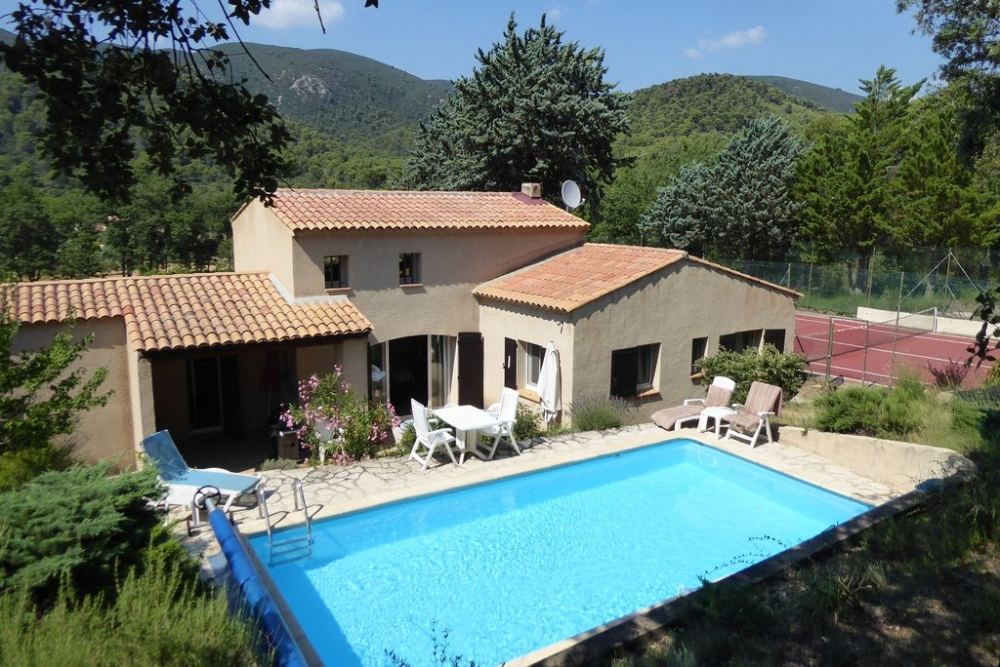 Provençal Country Villa with Pool and Tennis Court in the Luberon