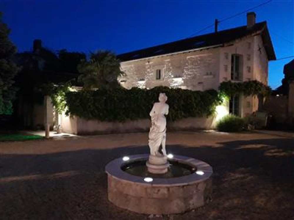 Lovely Self Catering Holiday Cottage near Saumur with heated pool  - Coach House Cottages