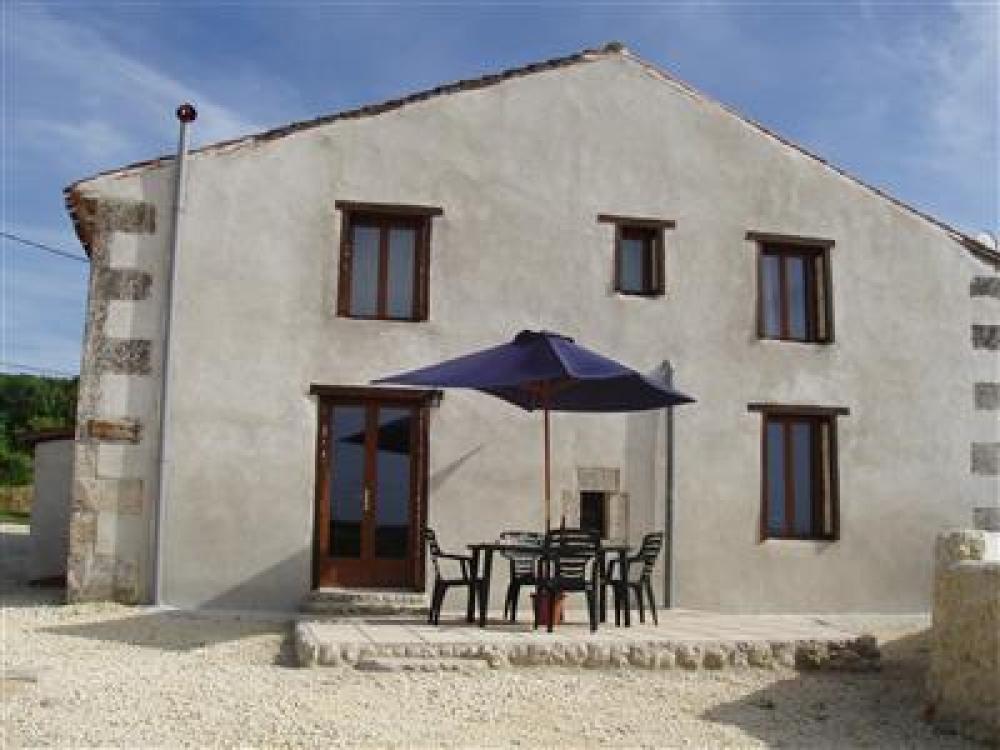 Lovely 2 Bedroom Holiday Gite in Chavenat, Charente - La Sittelle