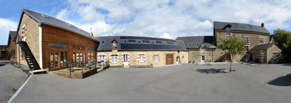 LE MOULIN - Stunning 5 Bedroom House with Indoor Pool in Désertines, Mayenne