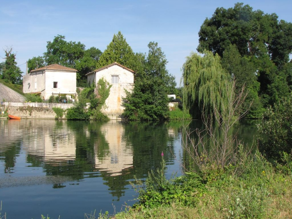 The Riverside Retreat in Triac-Lautrait, between Bassac and St Meme Les Carrieres
