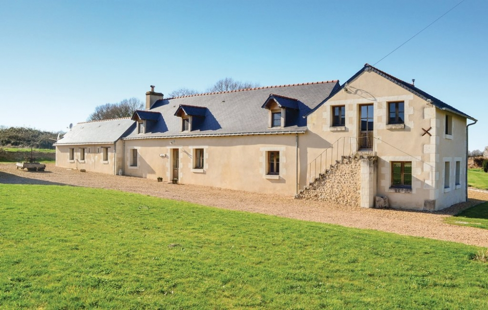 Quality Three/Four Bedroom Holiday Farmhouse in Broc, Loire Valley