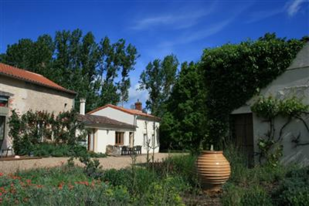 Self Catering Cottages with Swimming Pool in Deux-Sevres - Le Ruault, Sleeps 14