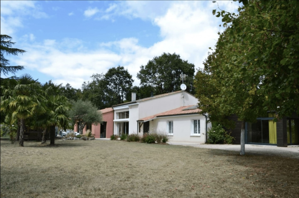 Fntastic 6 Bedoom Villa with Swimming Pool in Puymoyen, Charente - Villa Des eaux Claires