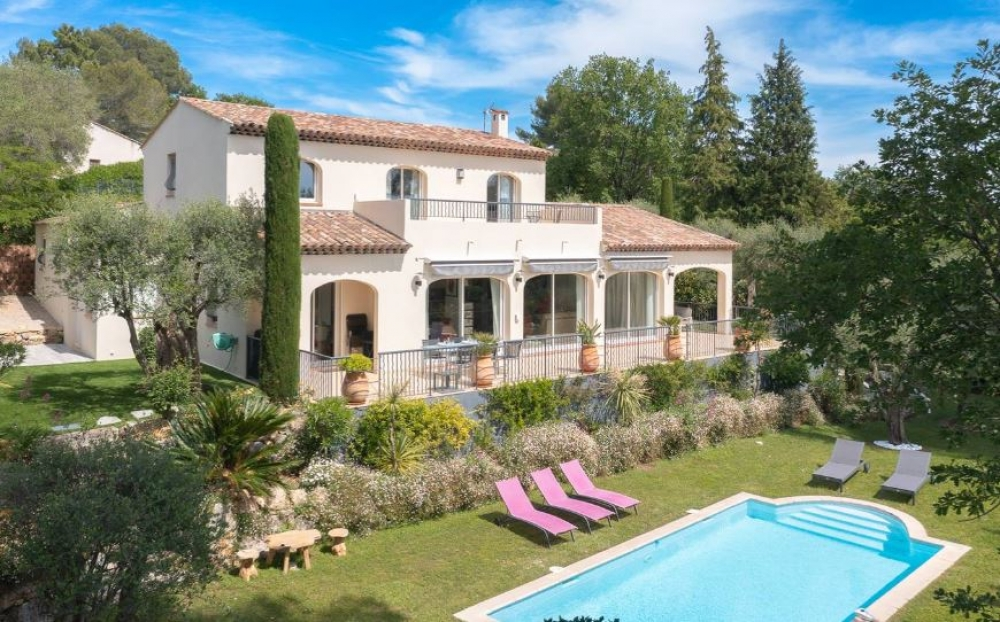 Villa Pierres Rouges - Pretty 3 Bedroom Family Villa with Heated Pool and Great Mountain Views Near Valbonne